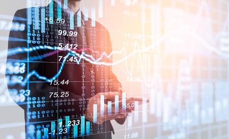 주식 금융 거래에 더블 노출 비즈니스 사람입니다. LED에 주식 시장 금융 인덱스입니다. 경제적 이익 반환. 시장 경제에서 주식 시장 금융 개요입니다.