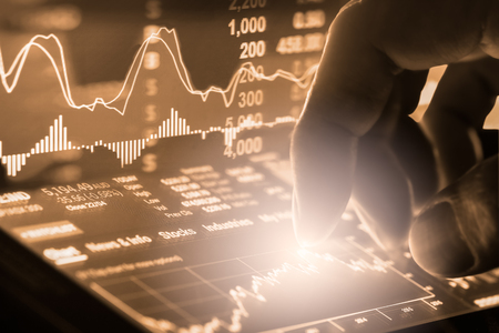 Index graph of stock market financial indicator analysis on LED. Abstract stock market data trade concept. Stock market financial data trade graph background. Global financial graph analysis concept. Banque d'images