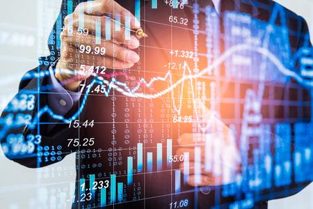 Bedrijfsmens op de indicatorachtergrond van de effectenbeurs financiële handel. Man analyse beurs financiële handelsindexen op LED. Dubbele blootstelling van bedrijfsmensenhandel op beurs financieel concept. Stockfoto - 87544944