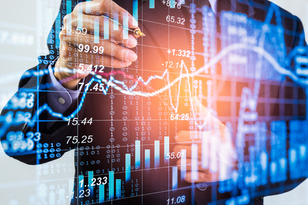 Geschäftsmann auf Börsenhandelsindikatorhintergrund der Börse. Mannanalyse-Börsen-Finanzhandelsindizes auf LED. Doppelbelichtung des Geschäftsmannhandels auf Börsenfinanzkonzept. Standard-Bild