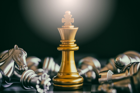 戦略チェスの戦いのチェス盤にインテリジェンス チャレンジ ゲーム。成功戦略コンセプト。チェス ビジネス リーダーと成功のアイデア。チェス戦 写真素材