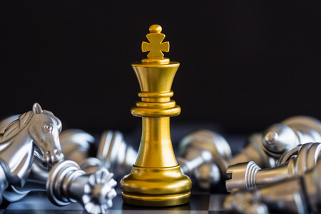 Batalla de ajedrez de estrategia Juego de desafío de inteligencia en el tablero de ajedrez. Éxito el concepto de estrategia. Idea de éxito y líder empresarial de ajedrez. Juego de estrategia de ajedrez juego de éxito de competencia empresarial. Foto de archivo