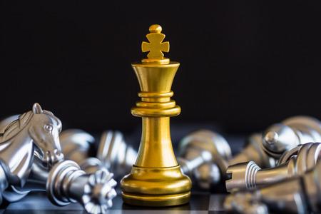 Strategie Schach-Kampf Intelligence-Challenge-Spiel auf dem Schachbrett. Erfolg das Strategiekonzept. Schach-Unternehmensführer und Erfolgsidee. Schachstrategiespiel-Geschäftswettbewerbs-Erfolgsspiel. Standard-Bild