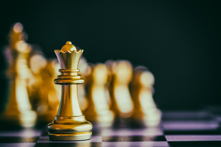 Strategie schaakstrijd Intelligentie uitdagingspel op schaakbord. Succes het strategie concept. Schaak zakenleider en succes idee. Schaak strategie spel zakelijke concurrentie succes spel.