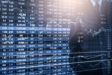 Geschäftsmann auf Börsenhandelsindikatorhintergrund der Börse. Mannanalyse-Börsen-Finanzhandelsindizes auf LED. Doppelbelichtung des Geschäftsmannhandels auf Börsenfinanzkonzept.