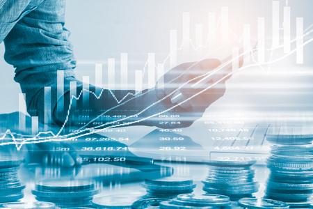Działalności człowieka na tle wskaźnika handlu finansowego giełdy. Mężczyzna analizuje indeksy giełdowe handlu finansowego na diodach LED. Podwójna ekspozycja handlu człowiekiem biznesu na giełdzie koncepcji finansowej.