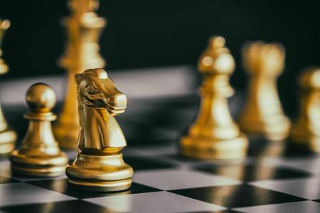 チェスボード上の戦略チェスバトルインテリジェンスチャレンジゲーム。戦略の概念を成功にする。チェスのビジネスリーダーと成功のアイデア。 写真素材