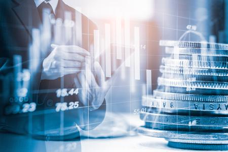 Double Exposure Businessman und Stock Market oder Forex Graph geeignet für Finanzinvestitionskonzept. Wirtschaftstrends Hintergrund für Geschäftsidee und alle Kunstwerke Design. Abstrakter Finanzhintergrund.