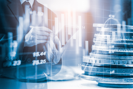 Uomo d'affari a doppia esposizione e mercato azionario o grafico forex adatto per il concetto di investimento finanziario. Sfondo di tendenze di economia per l'idea di business e tutta la progettazione di opere d'arte Fondo astratto di finanza.