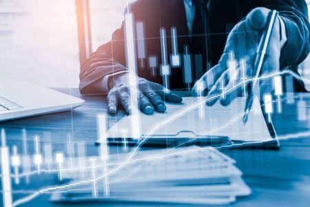 Graphique boursier ou de trading forex et graphique en chandeliers adaptés au concept d'investissement financier. Contexte des tendances économiques pour l'idée d'entreprise et la conception de toutes les œuvres d'art. Contexte financier abstrait.