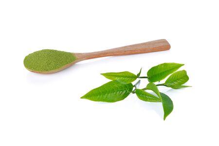 zielona herbata w proszku i liść zielonej herbaty na białym tle