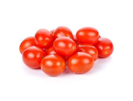 Trauben- oder Kirschtomaten getrennt auf weißem Hintergrund.