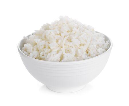 Rijst in een kom op een witte achtergrond