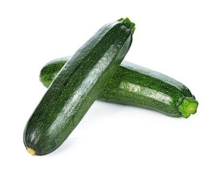 Légumes courgettes verts isolés sur blanc