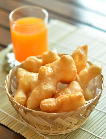A fried food snacks in a wicker basket Standard-Bild - 163359327