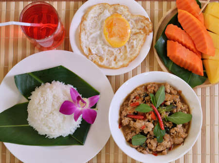 Rice topped with stir-fried minced pork and basil with Fried egg Standard-Bild
