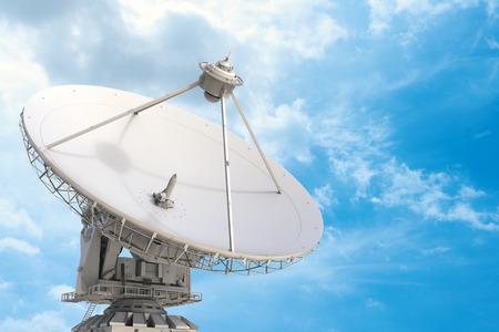 Riflettore parabolico della rappresentazione 3d con il fondo del cielo blu Archivio Fotografico