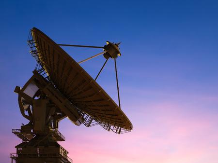 antena parabolica: 3d prestación plato de satélite con el fondo de cielo crepuscular