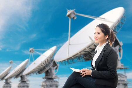 antena parabolica: businesswoman with 3d rendering satellite dish background