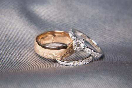 dos anillos de boda con diamantes en los anillos de platino Foto de archivo