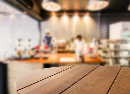 tavolino in legno con caffè sfondo