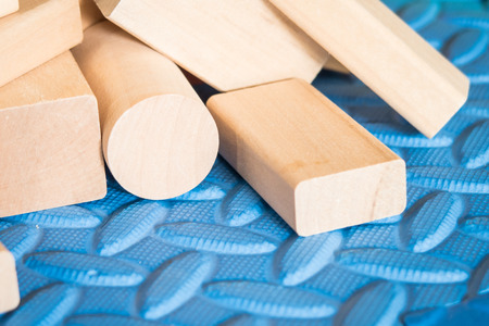 juguetes de madera: juguetes de madera en la estera azul