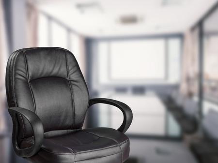 vide chaise de bureau avec le bureau fond Banque d'images
