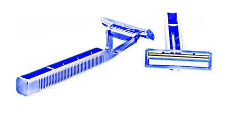 utiles de aseo personal: razor blade shows the front and back of a blue handle shaving accessory.