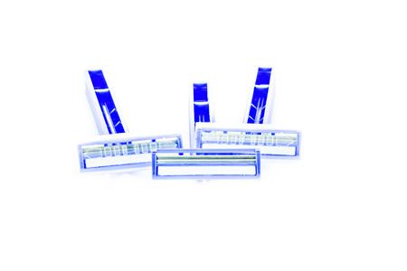 utiles de aseo personal: cuchilla de afeitar se muestra la parte delantera y trasera de un azul accesorio mango de afeitar.