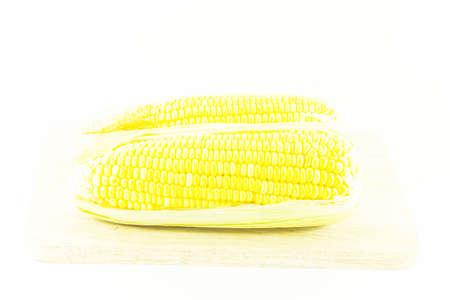 corn ear: grupo oreja de ma�z en el fondo blanco Foto de archivo