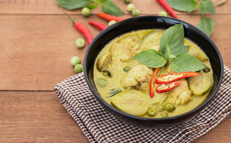 Thai chicken green curry with old wooden background Banco de Imagens