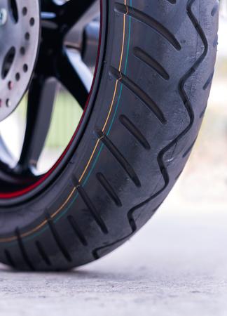 道路上のホイールオートバイ。