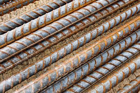 Closeup deformed bar. Rusty deformed bar on cement concrete flooring in construction site. Steel rods or reinforcing background. Rebar picture. Banco de Imagens