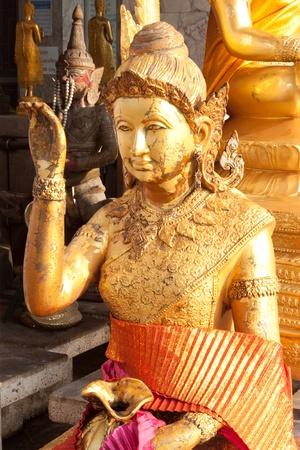se�al de silencio: Mujer haciendo se�as estatua estatua mucho contento en Tailandia