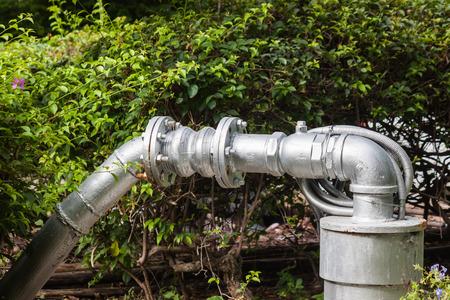 bomba de agua: bomba de agua en el jardín