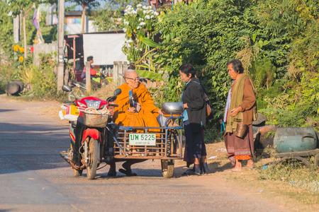 limosna: KALASIN, THAILAND - DEC 13 : Buddhist monk alms round in the moning on December 13,2016 in Ban Khamin, Kalasin Province, Thailand. Editorial