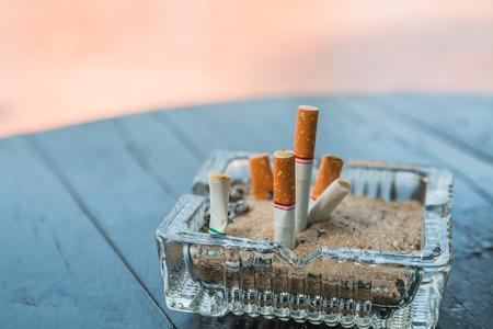 Zigarettenstummel im Aschenbecher Standard-Bild