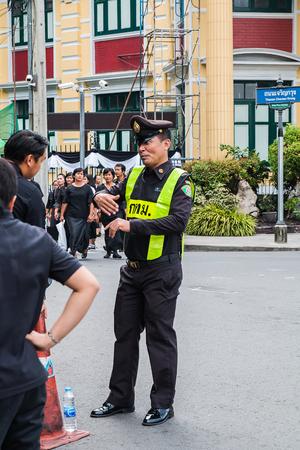 タイ、バンコク - 10 月 4 日: たずさえて当局サジダ ロイヤルに時間の間に人々 に情報を与えるは、4,2017 バンコク、タイで 10 月に残ります。 報道画像