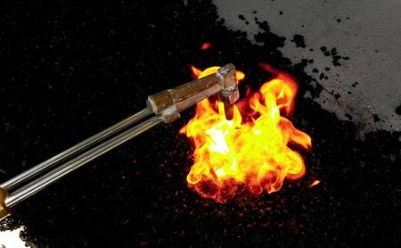 quemado: El asfalto quemado por el fuego