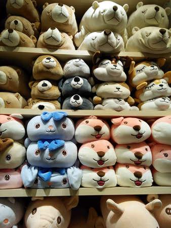 Many cute animal dolls on orderly shelves backgroundimal dolls on orderly shelves. Imagens
