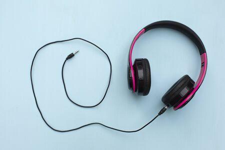 Słuchawki na niebieskim tle z wolną przestrzenią tekstową. Koncepcja muzyki. Zdjęcie Seryjne