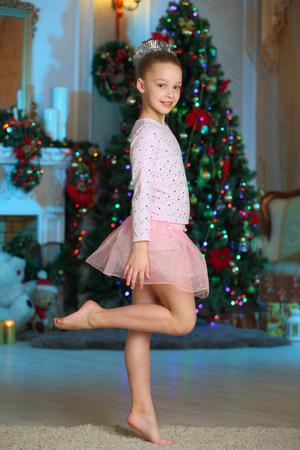 Jolie charmante belle fille blonde artistique en costumes de Noël. Belle fille enfant blonde dans les flocons de costume rose du nouvel an. Banque d'images - 91272182
