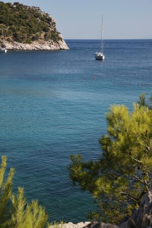 Azure coves and beautiful bays of the Mediterranean Sea off the coast of Greece, the island Skopelos. Stockfoto