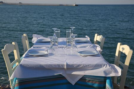 Restaurant in the open air by the sea, evening. Mediterranean Sea, South of Europe, Greece, Skopelos Island. Stockfoto