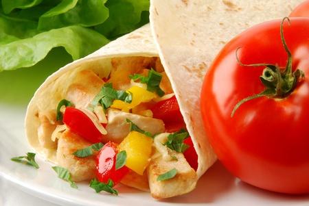 wraps: Burrito fresca con pollo  Foto de archivo