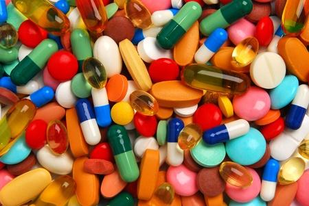balanza de laboratorio: Pastillas de colores, comprimidos y c�psulas Foto de archivo