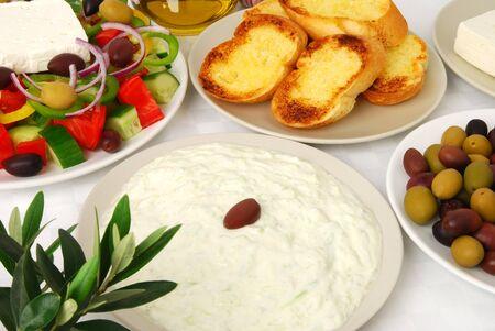 tzatziki: Tzatziki geserveerd met andere Griekse gerechten Stockfoto