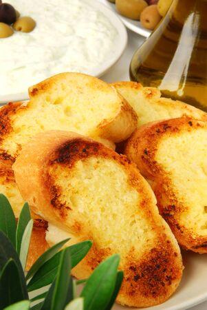 tzatziki: Knoflook brood geserveerd met tzatziki Stockfoto