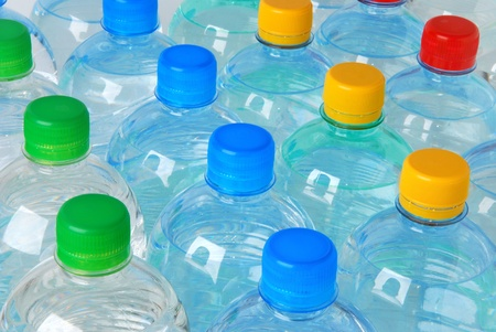 plastico pet: Botellas de plástico con coloridas Gorras  Foto de archivo