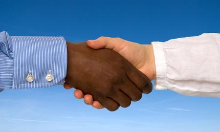 racismo: Apretón de manos multirracial